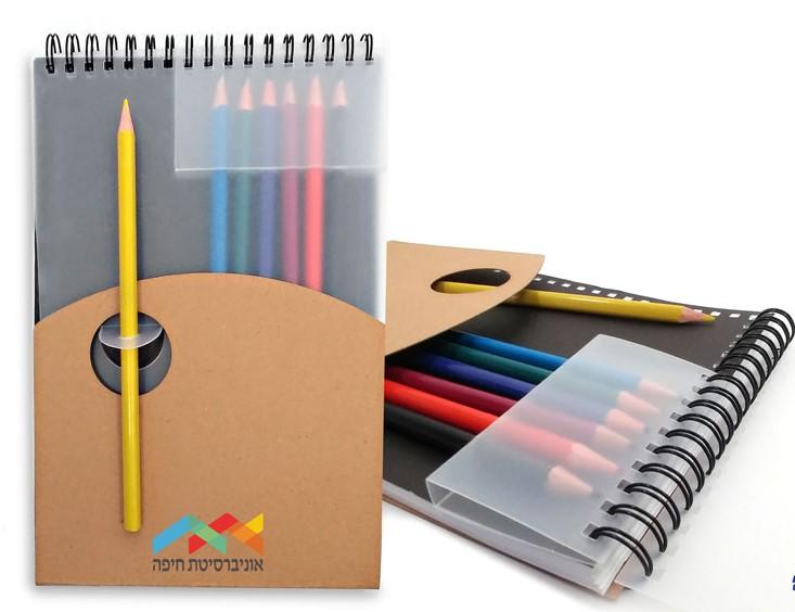 מחברת עם עפרונות צבעוניים