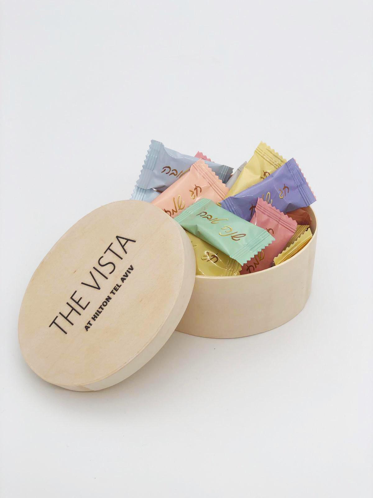 קופסא עץ עם סוכריות